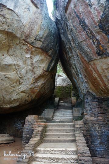 sigiriya-pidulangara-leo-nui-o-vung-tam-giac-vang-stairs-at-sigiriya-2