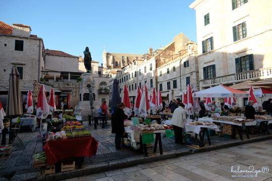 Chợ sáng ở quảng trường Gundulic