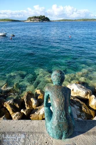 hvar-binh-yen-day-ma-statue