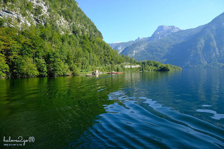 lang-co-hallstatt-mot-nua-nhu-mo-mot-nua-doi-from-boat.png